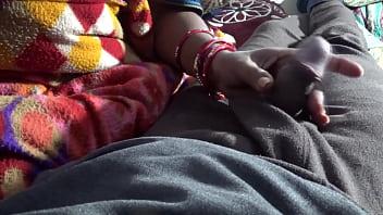 Рыжуха с татуированными ладонями сидит перед юношей на корточках и работает ртом