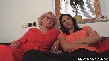 Две обольстительные лесбиянки развлекаются нежным порно и делают куни