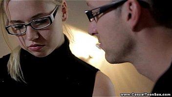 Созрелая русская женщина в чулках отдается ему с удовлетворением