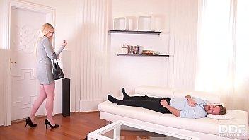 Очаровательная сучка отмечает переезд с родным безбашенным трахом на дивана