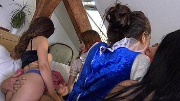 Две первокурсницы трахаются с мужиками на кроватке в разных позах