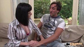 Тёлка в сексуальных очках страстно громко визжит от грубого порева в мокрую дырочку фаллоимитатор сексмашины