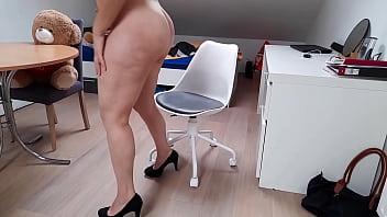 Анальный трах и фистинг на столе со зрелой начальницей