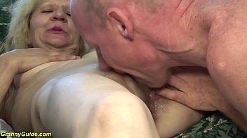 Зрелая молодая брюнетка дрочит пенис юношу