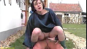 Русская девочка моет пол, но её друг предлагает дело поинтереснее