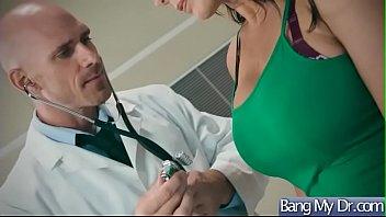 Похотливую брюнетку чпокают задница в сухую