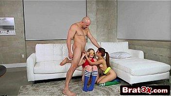 Молодая сучка с маленькой дойкой бродит с универа и дрочит горошек клитора в ванне