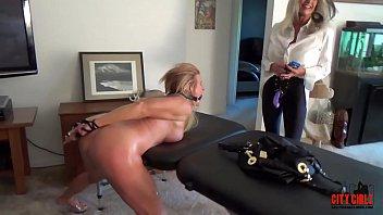 Молодая парочка преобладает по очереди в обольстительном домашнем порно