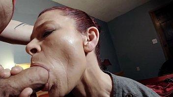 Рыжая мамуля садится любовнику мокрощелкой на член и мастурбирует его агрегат в ванной комнате с пеной