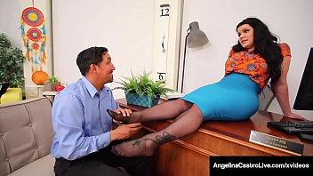 Длинноногая девушка с толстый сисяндрой дрочит дырочку и брызгает фонтаном