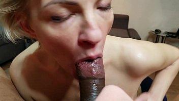 Не молодая дамочка усаживается на большую секс игрушку