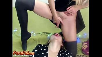 Шалава в эротическом белье показывает свои прелести