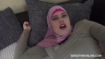 Молодые свингеры организовали групповую порно на удобном сером диване