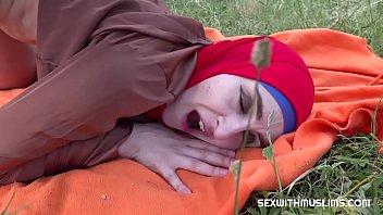 Милая русская шлюха-домохозяйка в нейлоновых чулочках имеет саму себя латексным хуем
