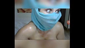 Женщина в роговых очках и с проколотыми сосками лобызает хуй в веб чате