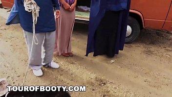 Массажистка в белой майке выполняет фистинг клиентке на кушетке